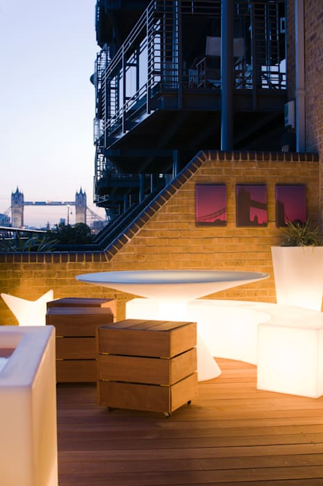 View to Tower Bridge from roof garden: modern Garden by Earth Designs