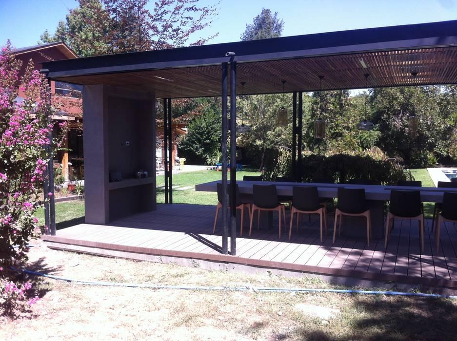 [ER+] Arquitectura y Construcción Balcone, Veranda & Terrazza in stile minimalista