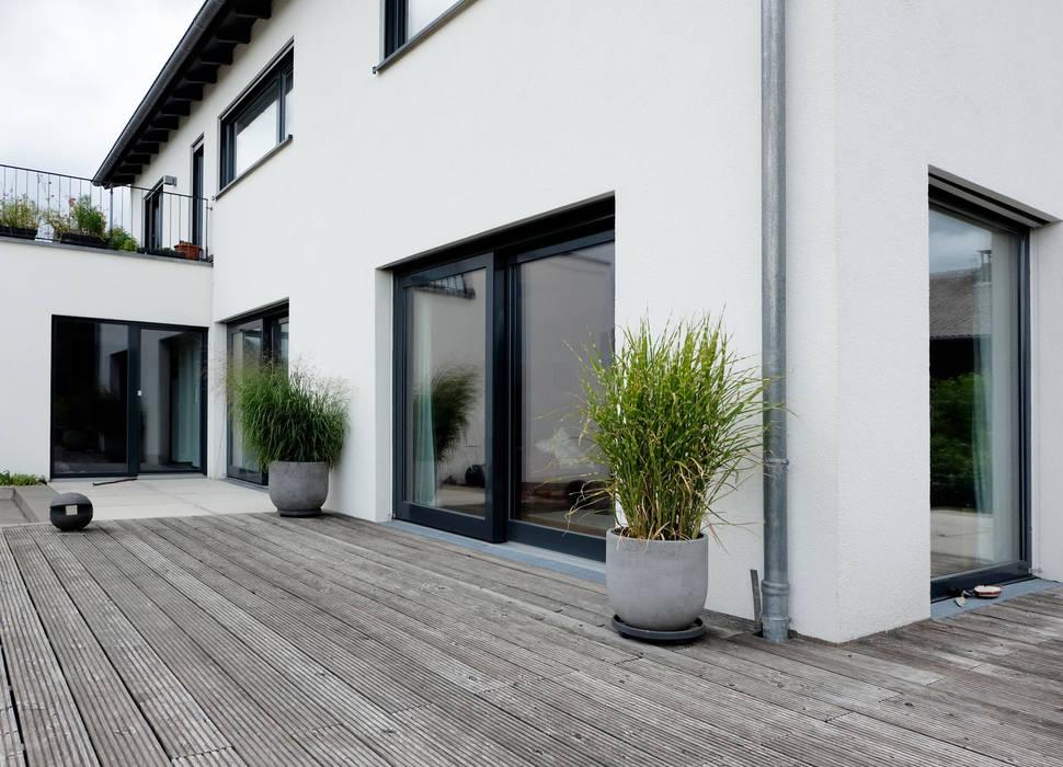 Fließender Übergang von Innen- und Außenbereich:  Terrasse von Resonator Coop Architektur + Design,Modern