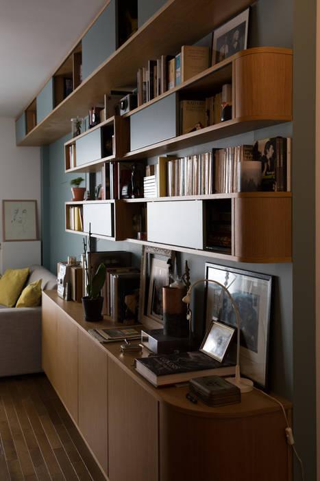 De l'entrée vers le salon.: Salon de style de style Moderne par La C.S.T