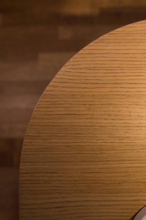 Zoom sur le galbe du buffet: Salon de style de style Moderne par La C.S.T