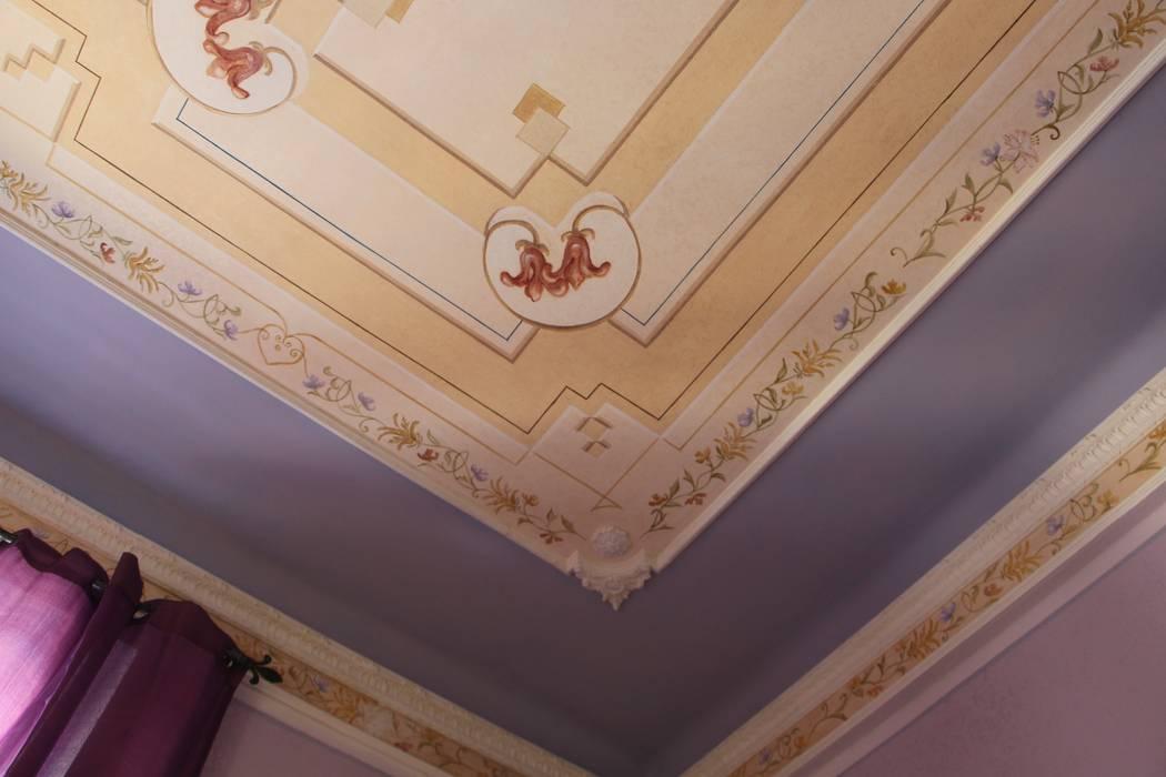 Soffitto decorato: Camera da letto in stile in stile Classico di Colori nel Tempo - decorazioni pittoriche