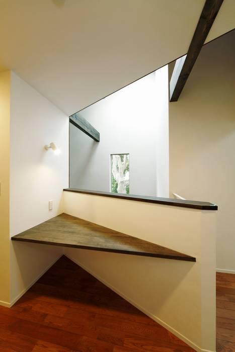 逆遠近法の家: 前田敦計画工房が手掛けたリビングです。