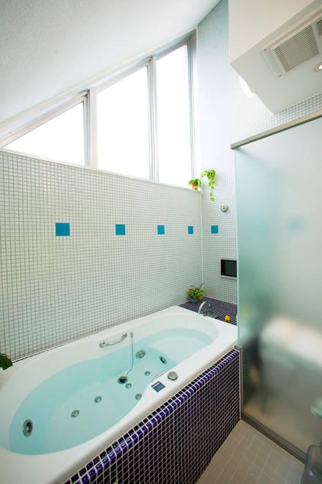 スキップフロアの家/白金台(愛犬家住宅): 前田敦計画工房が手掛けた浴室です。