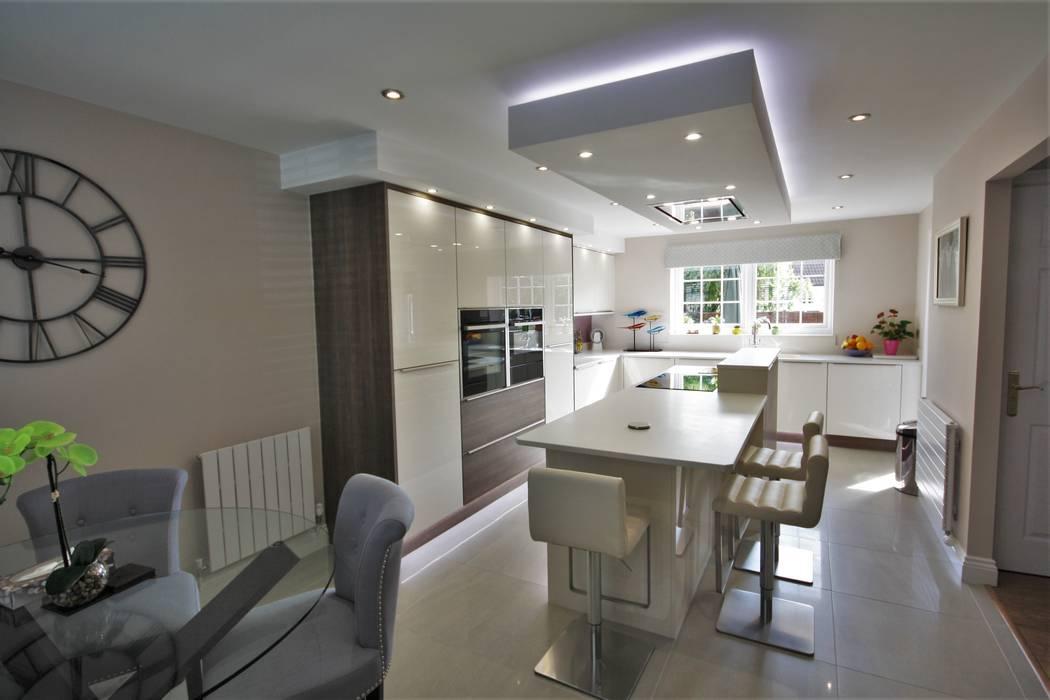 Modern stunning kitchen diner:  Built-in kitchens by Kitchencraft