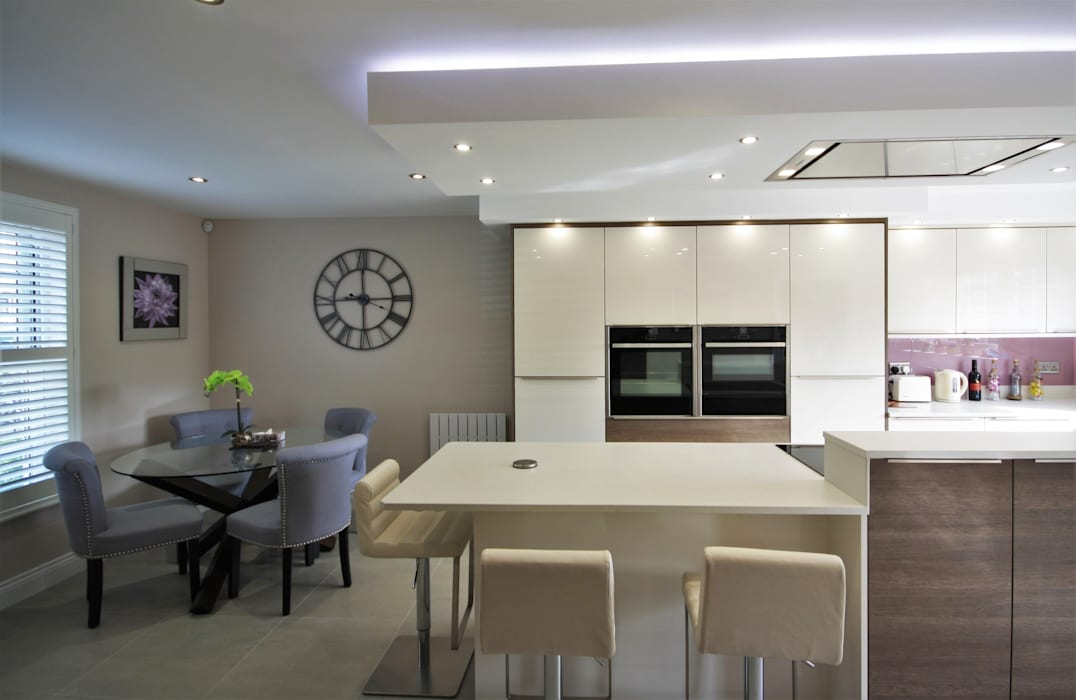 Stunning Kitchen design in Ivory And Old American Panelling: modern Kitchen by Kitchencraft