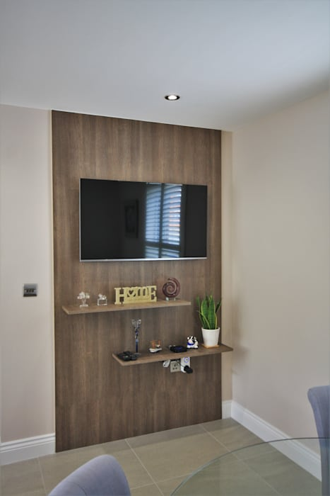 Kitchen diner television panelling:  Dining room by Kitchencraft
