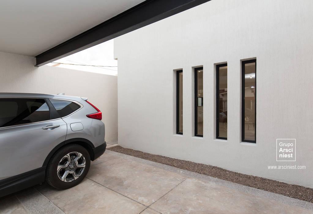 Minimalistische Garagen & Schuppen von Grupo Arsciniest Minimalistisch Beton
