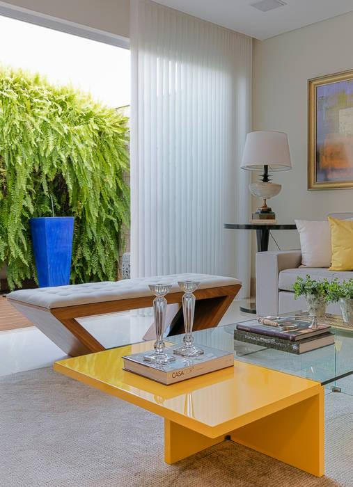 Livings de estilo moderno de Charis Guernieri Arquitetura Moderno