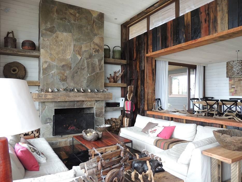 casa en Lago Calafquen Chile: Livings de estilo  por David y Letelier Estudio de Arquitectura Ltda., Rústico