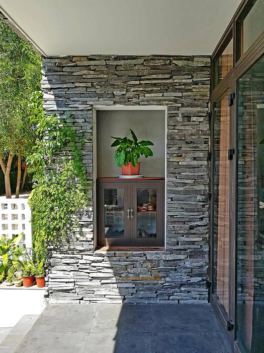 NEW HOUSE:  Cửa trước by RÂU ARCH,