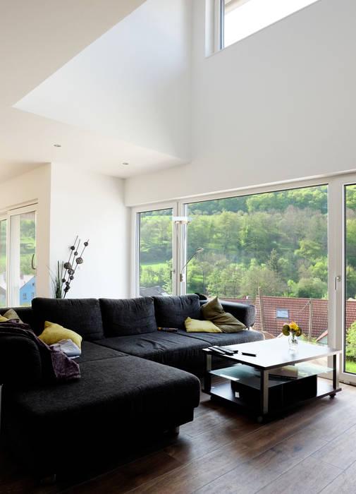 Offener wohnbereich mit großem luftraum moderne wohnzimmer ...