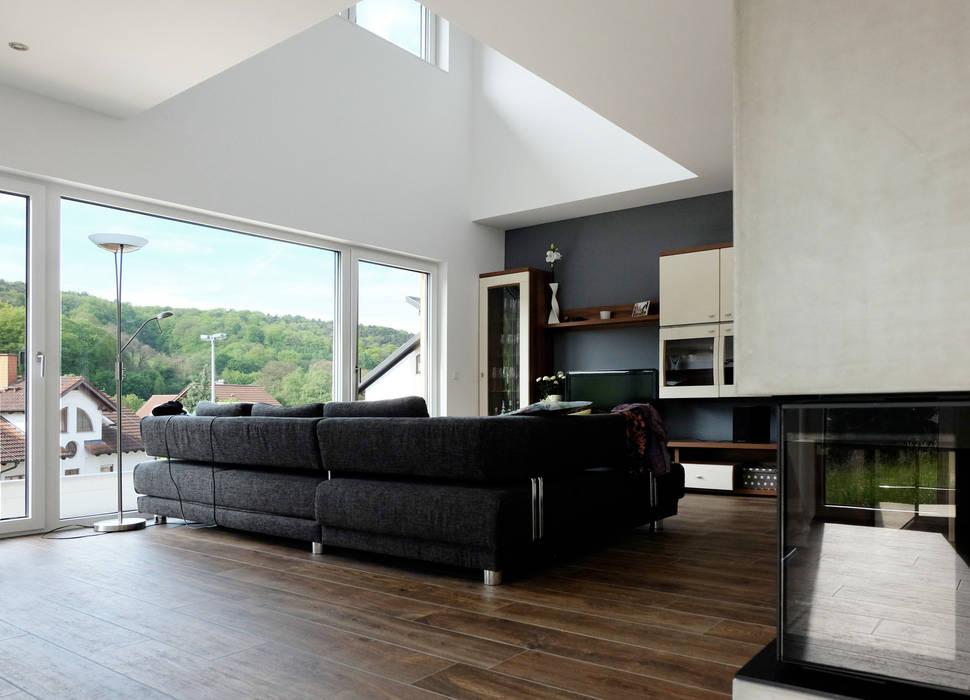 Offener wohnbereich mit luftraum und öffnung zur terrasse ...