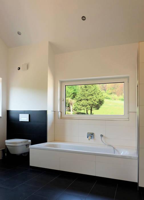 Badezimmer mit hohen decken und ausblick ins grüne ...