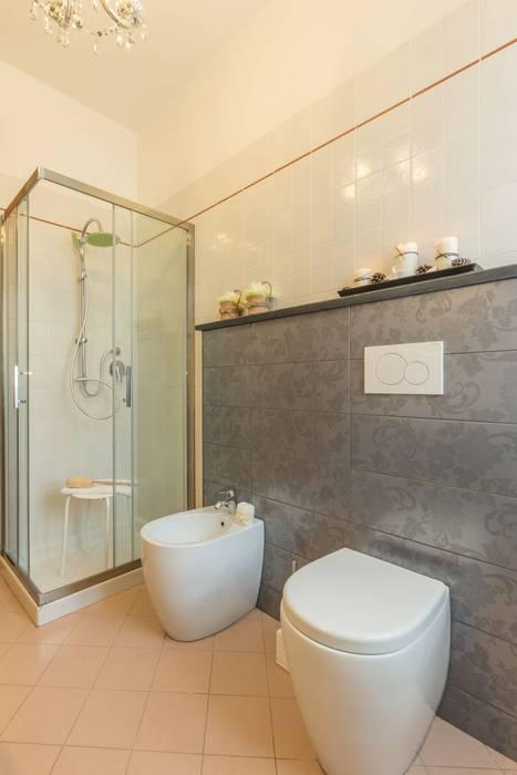 Airone, Home Staging per la Microricettività: Bagno in stile in stile Minimalista di Anna Leone Architetto Home Stager