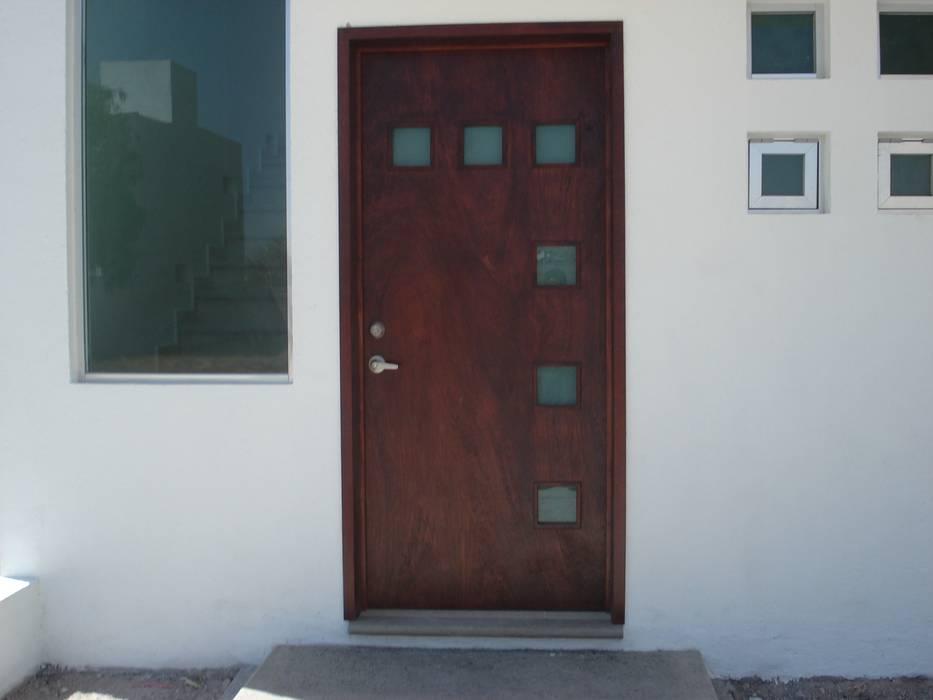 PUERTA ACCESO PRINCIPAL Puertas modernas de URBANZA Moderno