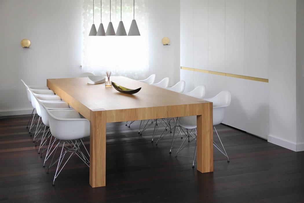 Haus am Grund dieMeisterTischler Moderne Esszimmer Holz Weiß