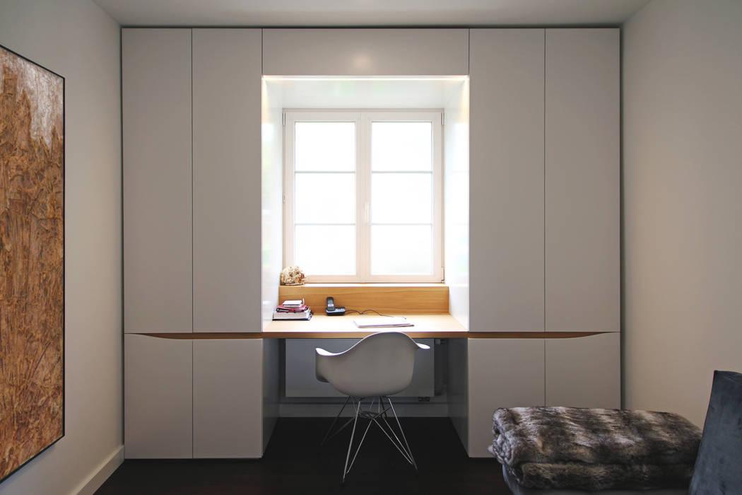 Haus am Grund dieMeisterTischler Moderne Arbeitszimmer Holz Weiß