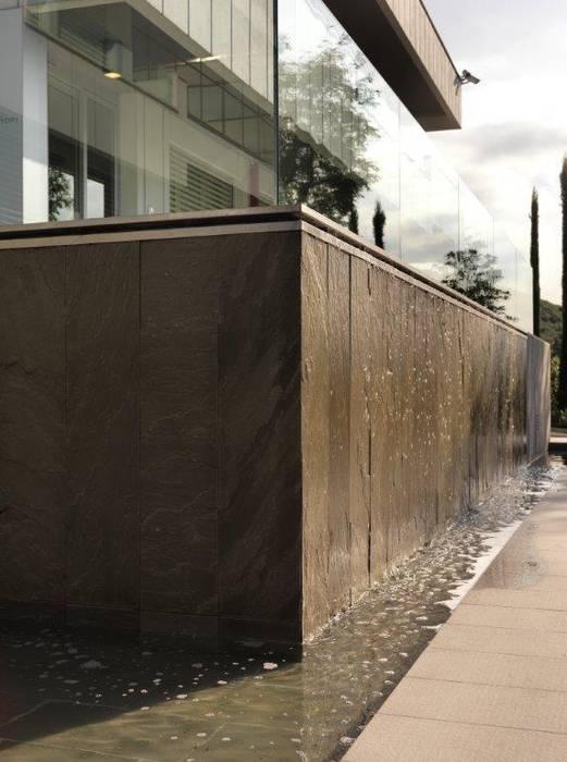 FONTANA VERTICALE - VERTICAL FOUNTAIN: Laghetto da giardino in stile  di Daniele Franzoni Interior Designer - Architetto d'Interni