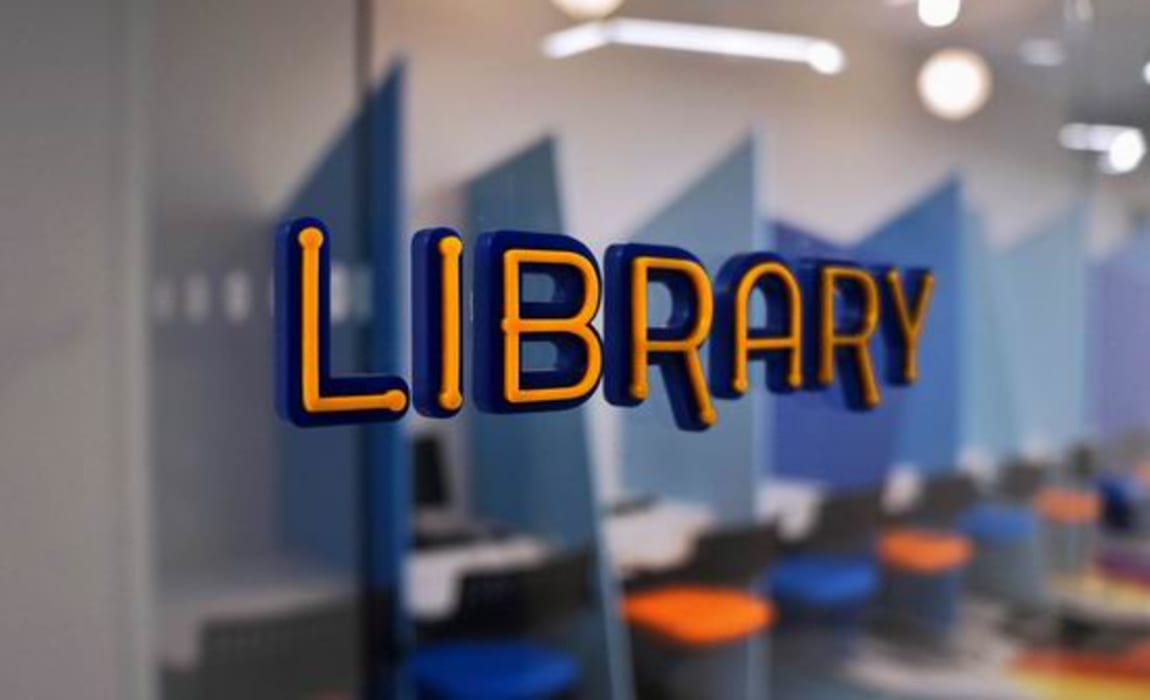 Library signage Modern schools by Studio - Architect Rajesh Patel Consultants P. Ltd Modern
