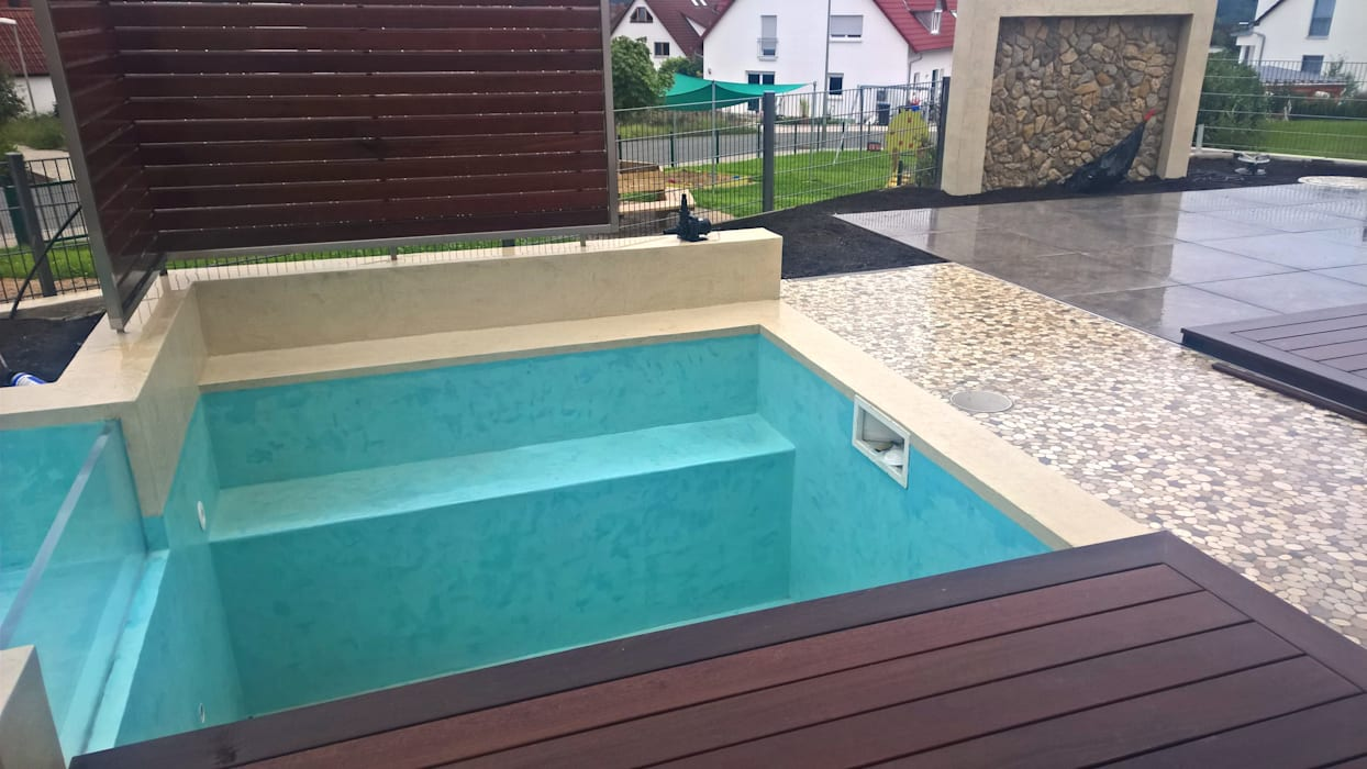 kleiner pool mit wasserfall terrasse und holzdeck garten von neues gartendesign by wentzel. Black Bedroom Furniture Sets. Home Design Ideas