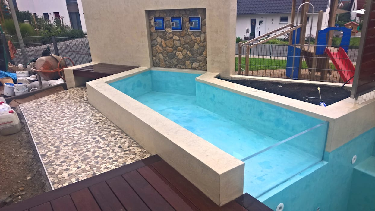 kleiner pool mit wasserfall terrasse und holzdeck garten. Black Bedroom Furniture Sets. Home Design Ideas