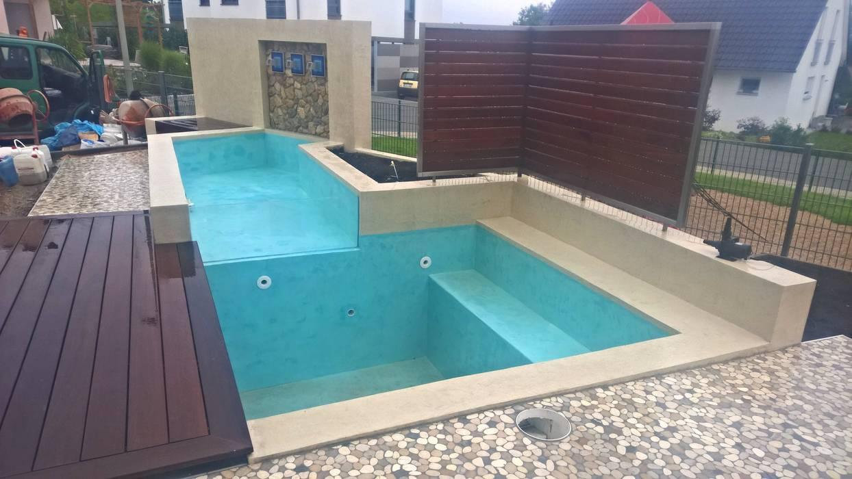 kleiner pool mit wasserfall, terrasse und holzdeck: garten von neues