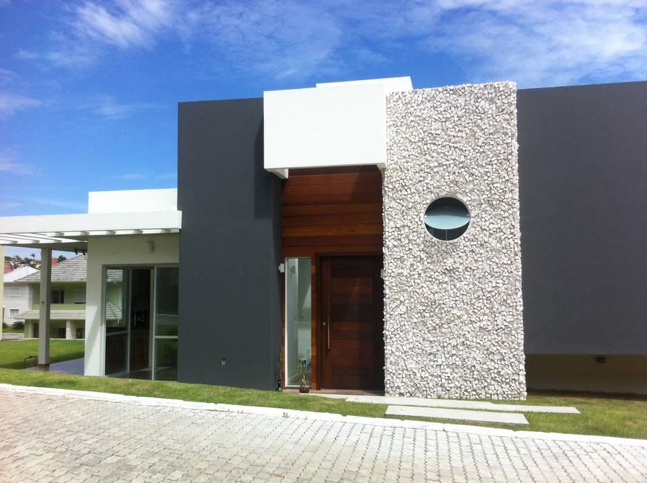 Porta de entrada pivotante Studio RW Arquitetura Casas modernas
