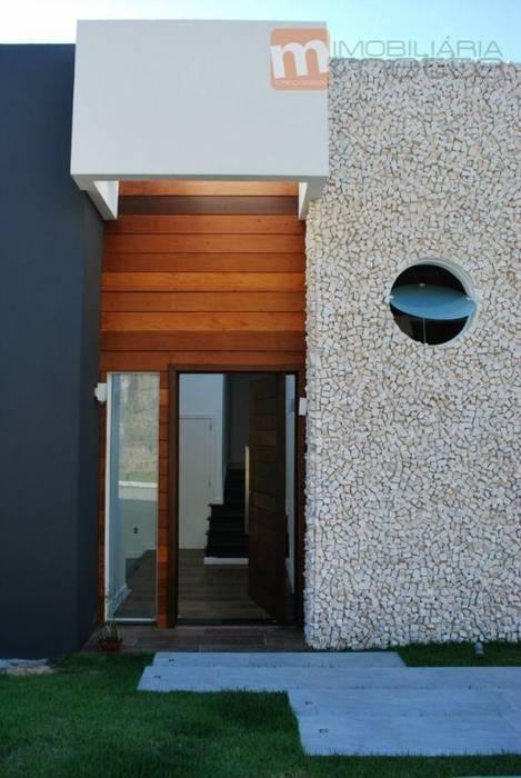 Revestimento pedra portuguesa: Corredores e halls de entrada  por Studio RW Arquitetura