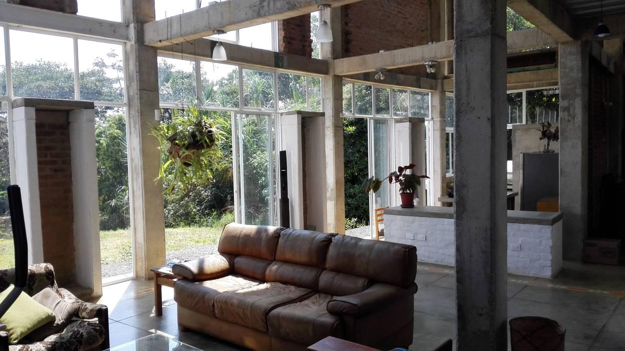 Vivienda Campestre Sostenible 1 - 2016: Salas de estilo  por PILO Arquitectura