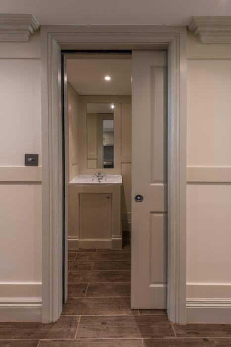 Bathroom:  Doors by Prestige Architects By Marco Braghiroli