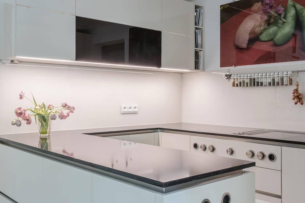 C-förmige Küche mit Spiegeleffekten:  Einbauküche von BÖHM Interieur