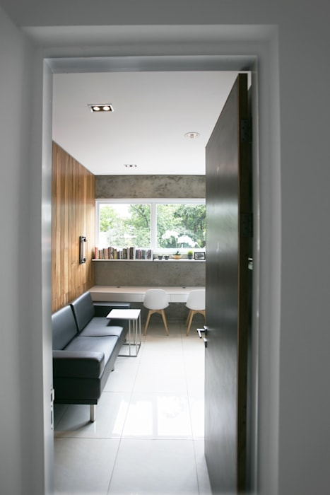 Cipaganti Studio House: Pintu oleh INK DESIGN STUDIO, Industrial