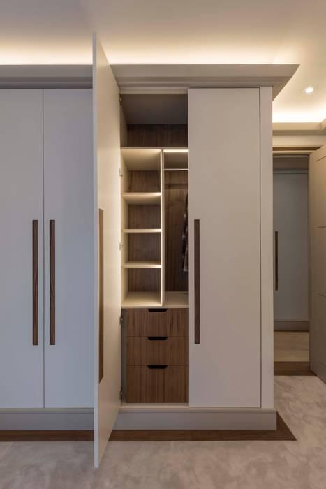 Bedroom room: modern Dressing room by Prestige Architects By Marco Braghiroli