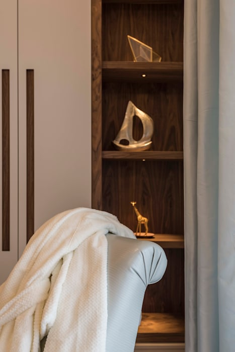 Bedroom:  Dressing room by Prestige Architects By Marco Braghiroli