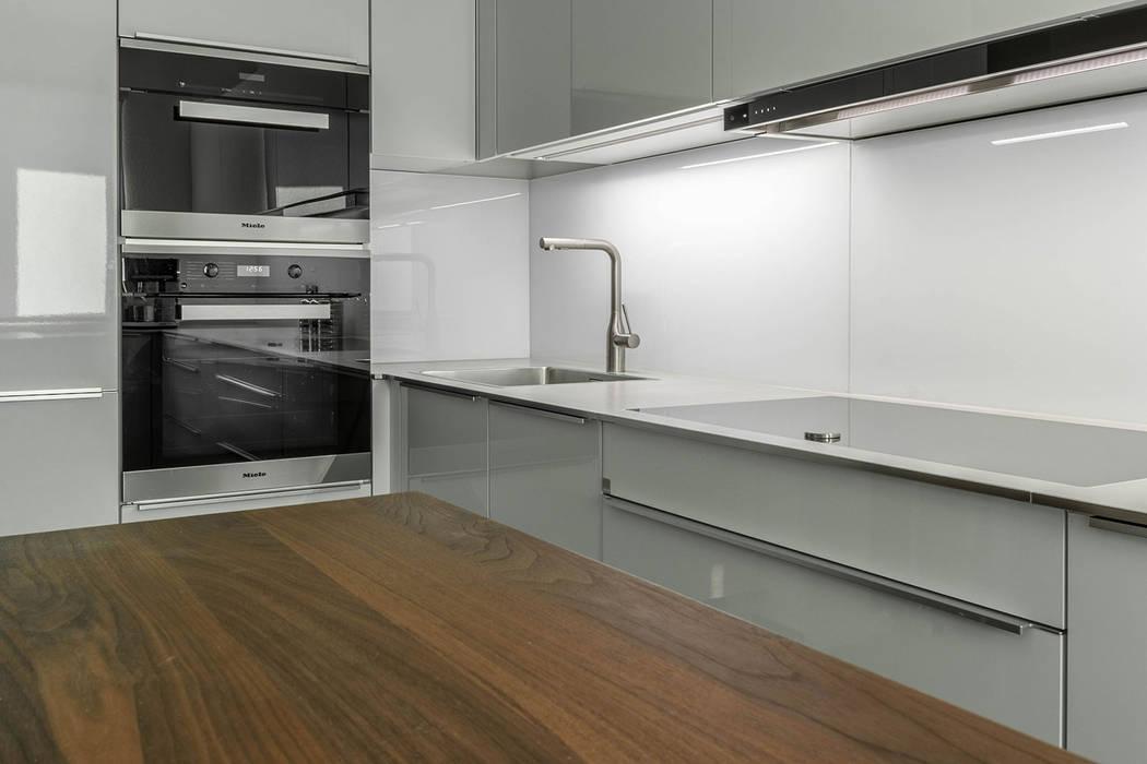 Futuristische Küche in U-Form:  Einbauküche von BÖHM Interieur