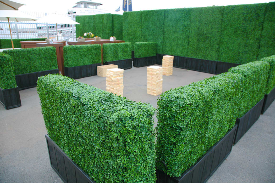 Artificial hedges in Planter:  Front yard by Sunwing Industries Ltd,Modern