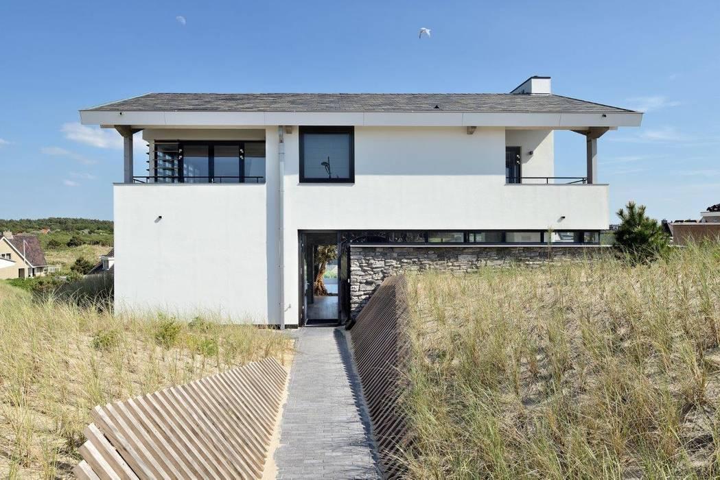Luxe villa in de duinen:  Huizen door BNLA architecten,