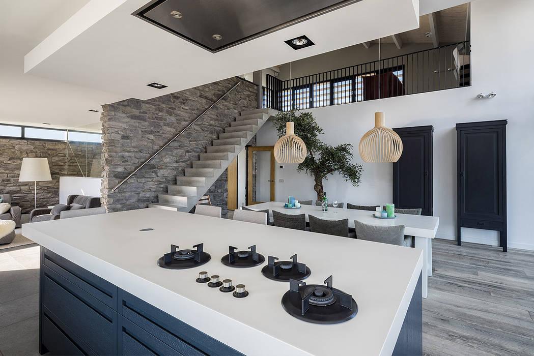 Luxe villa in de duinen:  Keuken door BNLA architecten