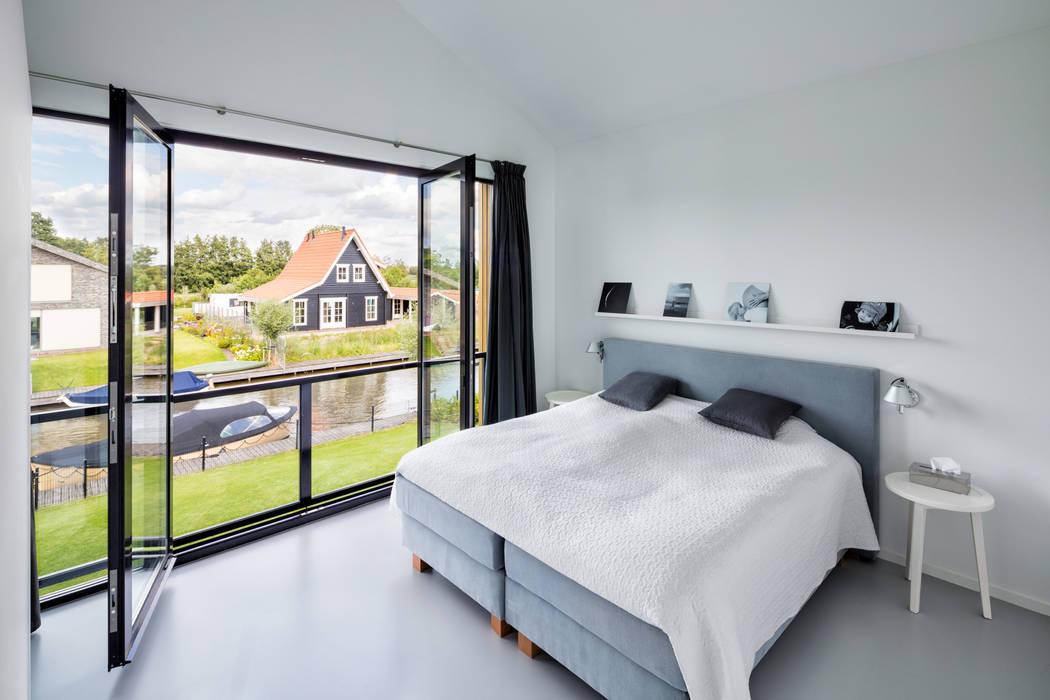Modern woonhuis aan het water: moderne slaapkamer door bnla ...
