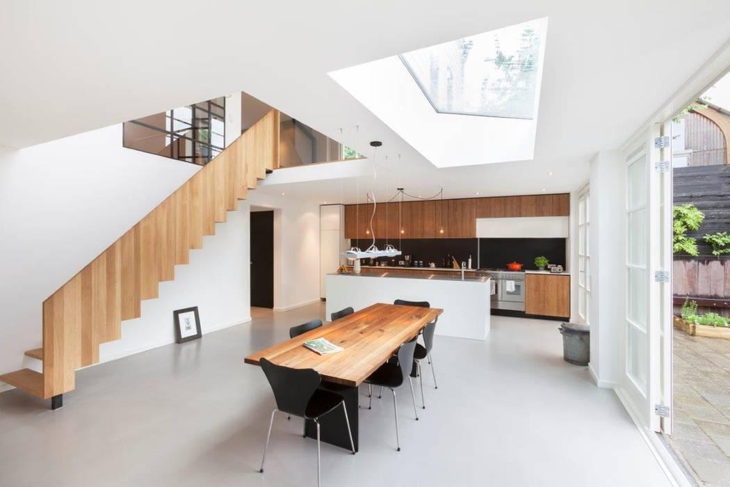 Moderne dijkwoning in Amsterdam:  Eetkamer door BNLA architecten