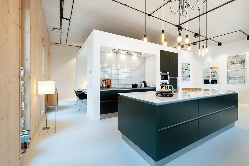 Strak, modern en duurzaam interieur met karakter:  Keuken door BNLA architecten