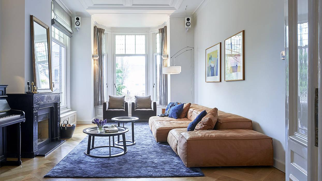 Modern ontwerp in monumentale stadswoning: moderne woonkamer door ...