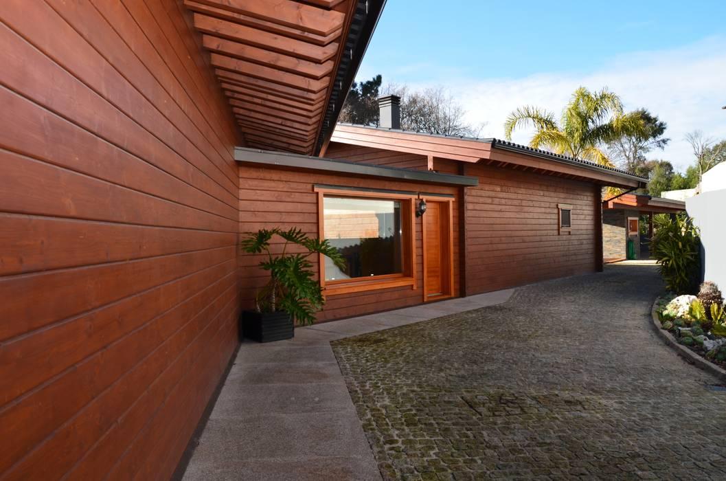 Casas de madera de estilo  por Rusticasa, Tropical Madera maciza Multicolor