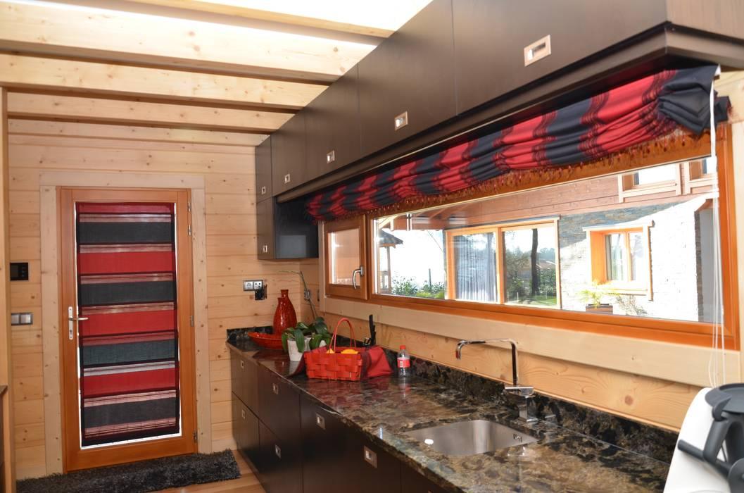 Cocinas equipadas de estilo  por Rusticasa, Tropical Madera maciza Multicolor