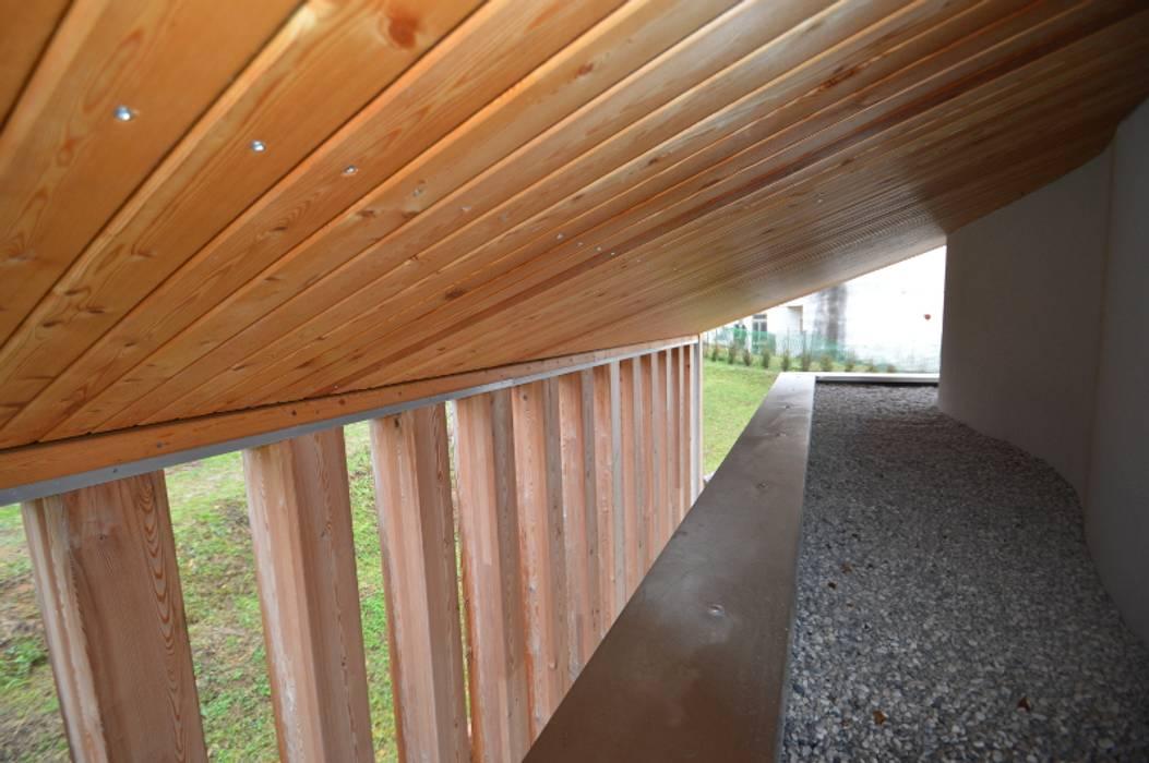 sottotetto: Terrazza in stile  di laboratorio di progettazione - arch. Maurizio Sanna