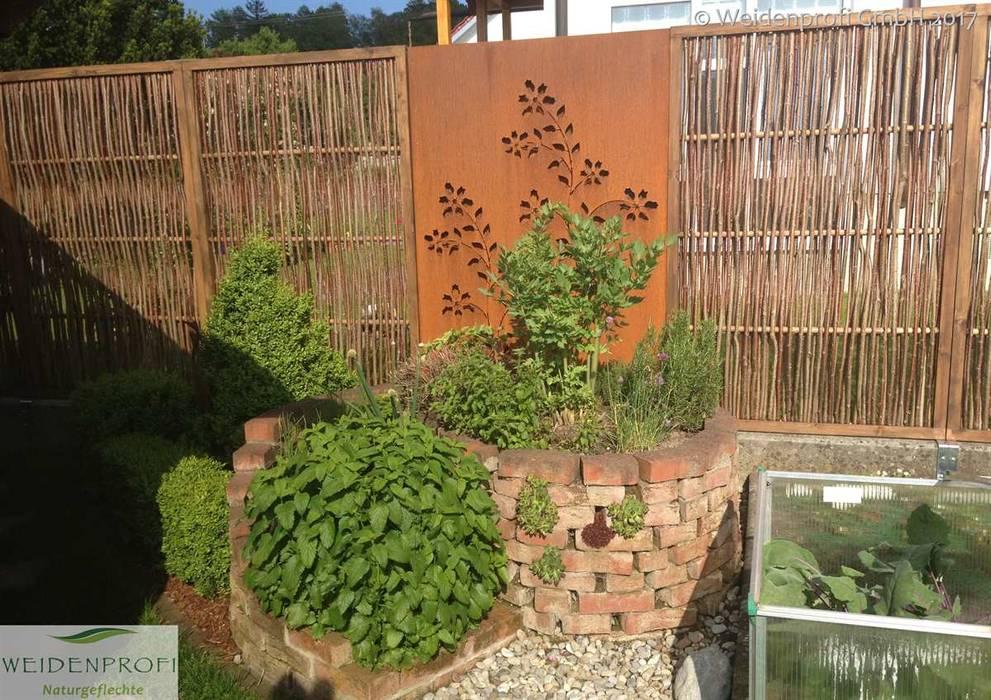 Haselnusszaun mit umlaufendem Rahmen: ausgefallener Garten von naturgeflechte24