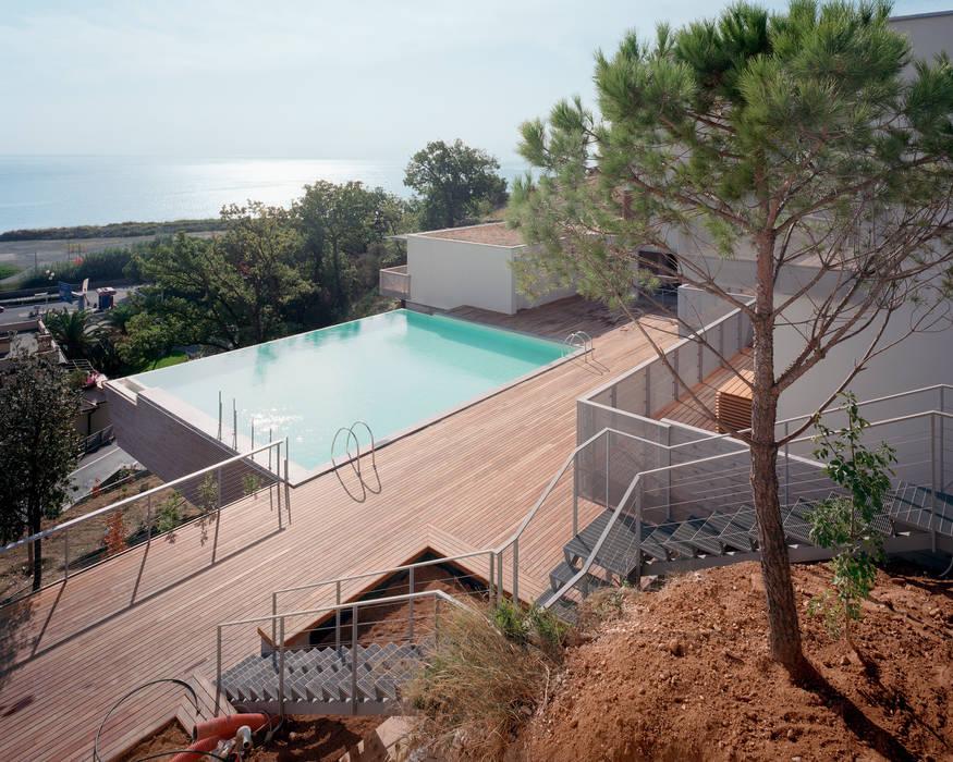 parco con piscina e case: Giardino con piscina in stile  di ariu + vallino architetti