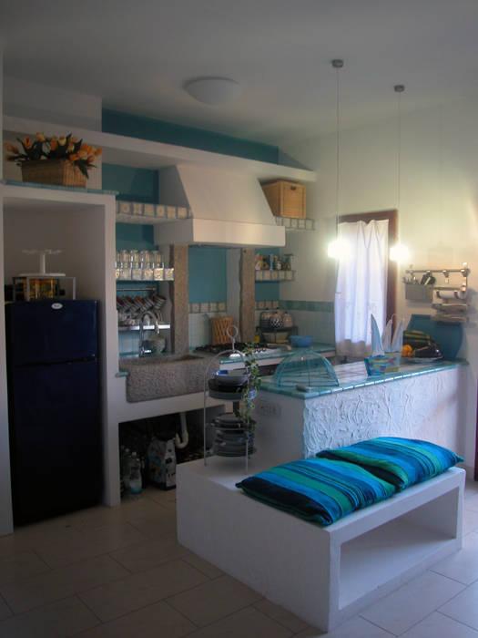 Nel blu dipinto di blu ...: Cucina attrezzata in stile  di Livingreen - Architetto Barbara Tavoso