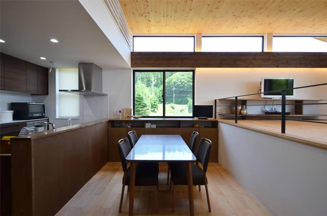 高峰の家: 鎌田建築設計室が手掛けたダイニングです。